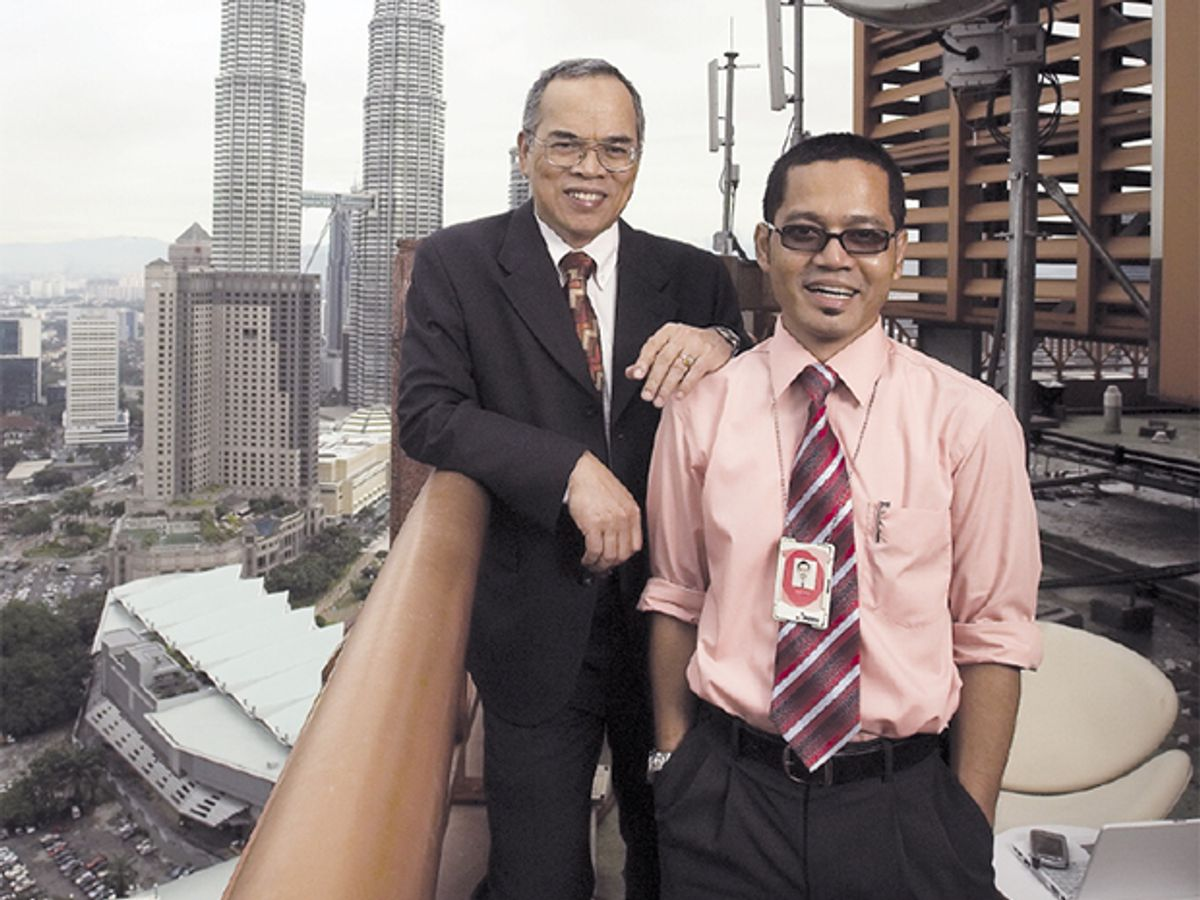 Photo of Jaring's CEO, Mohamed Bin Awang Lah [left], and wireless manager, Mohd Ridzuan Mohd Nor.