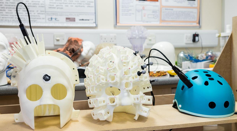 Esses capacetes contêm pequenos sensores chamados magnetômetros que detectam campos magnéticos para permitir que os pesquisadores mapeiem a atividade cerebral do usuário. Foto: Universidade de Nottingham