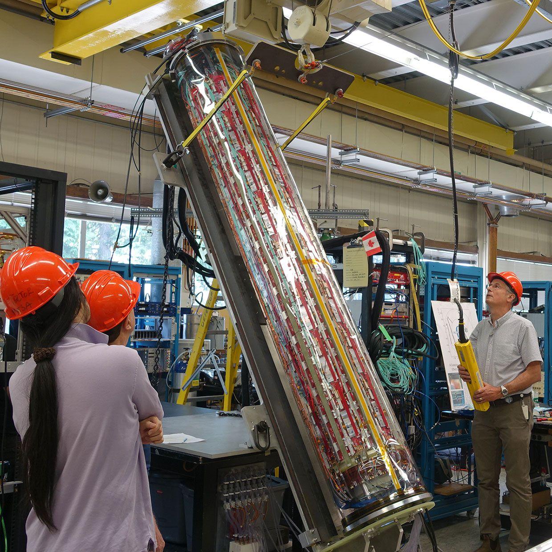 Вчені TRIUMF встановлюють і випробовують детектор ALPHA-g у вертикальному положенні.