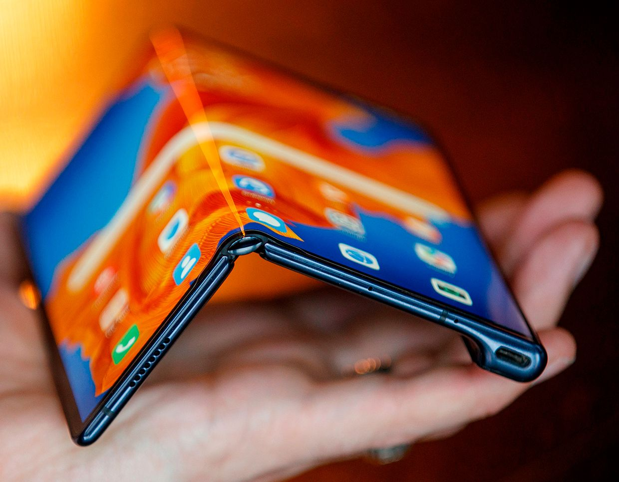 Image displaying the flexible features of the Huawei Mate Xs smartphone.