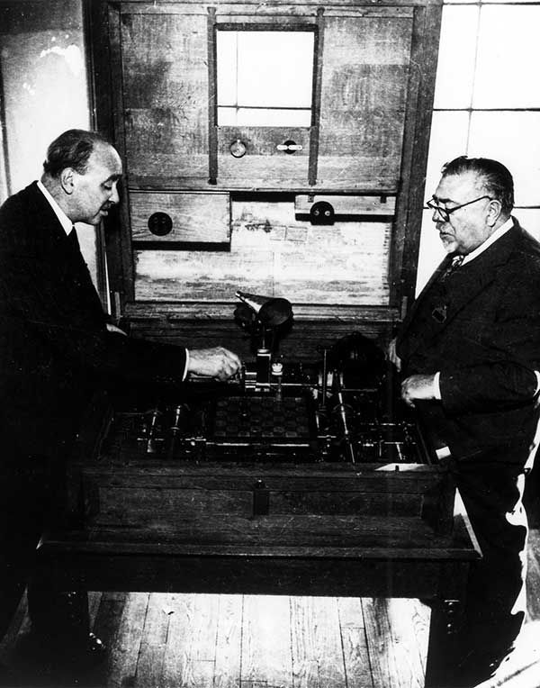 Leonardo Torres y Quevedos and mathematician and MIT professor Norbert Wiener playing Quevedos' mechanical chess machine at the Cybernetics Fair in Paris.