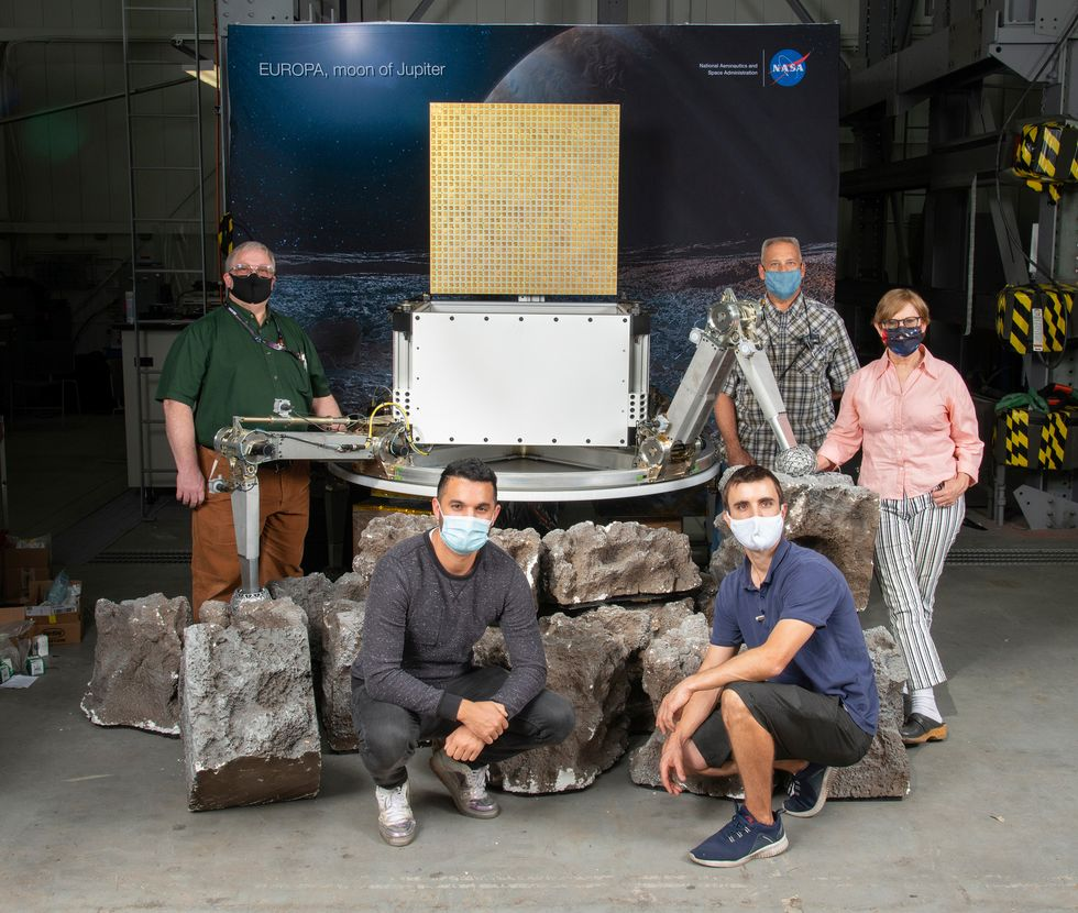 JPL engineers pose with a mock-up of a Europa lander concept