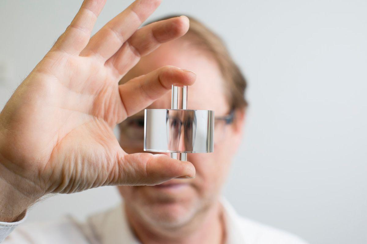 Image of a man holding an oscillator.