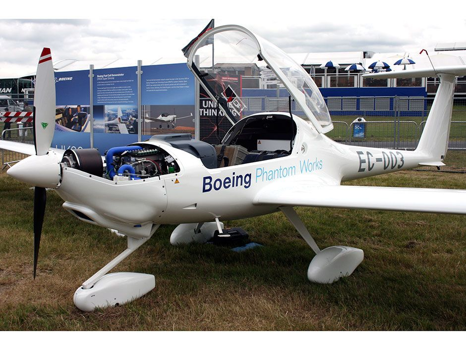 "In 2008, Boeing's converted Diamond <a href=""http://www.diamond-air.at/single-engine-aircraft/hk36-super-dimona.html"">HK36 Super Dimona</a> was able to maintain level flight using an electric motor powered by a hydrogen fuel cell."
