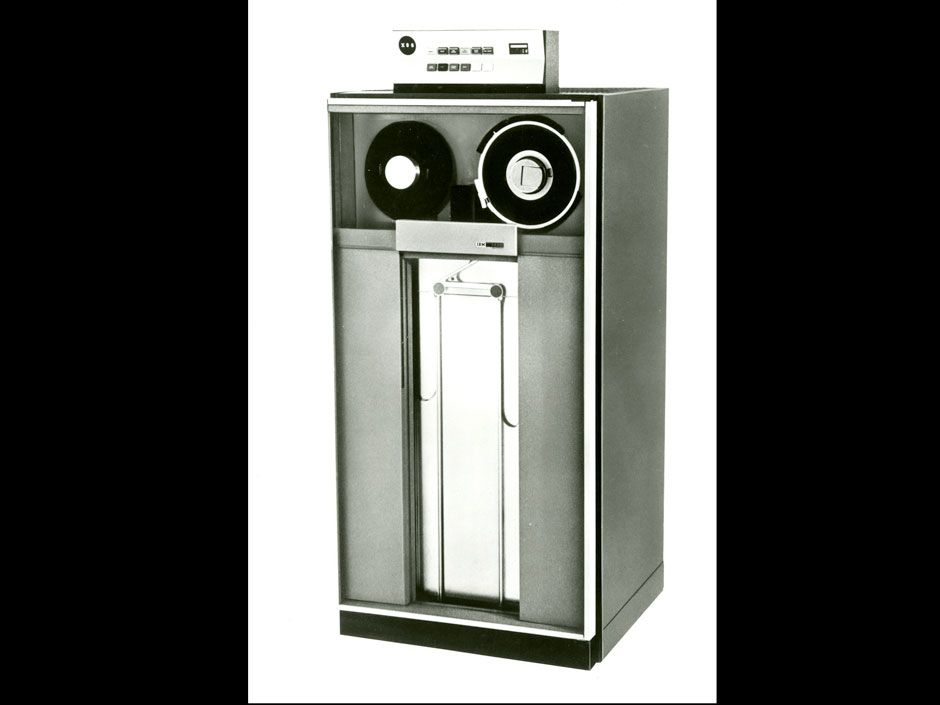 <b>1968:</b> Introduction of the self-threading drive (IBM 2420).