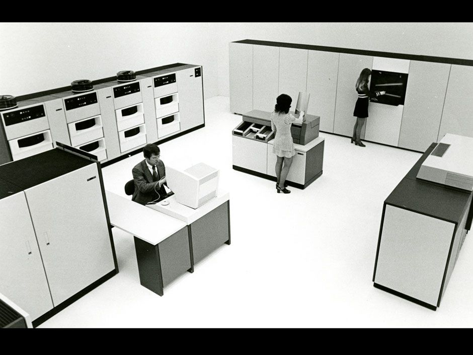 <b>1974:</b> First automated (robotic) tape library (IBM 3850).