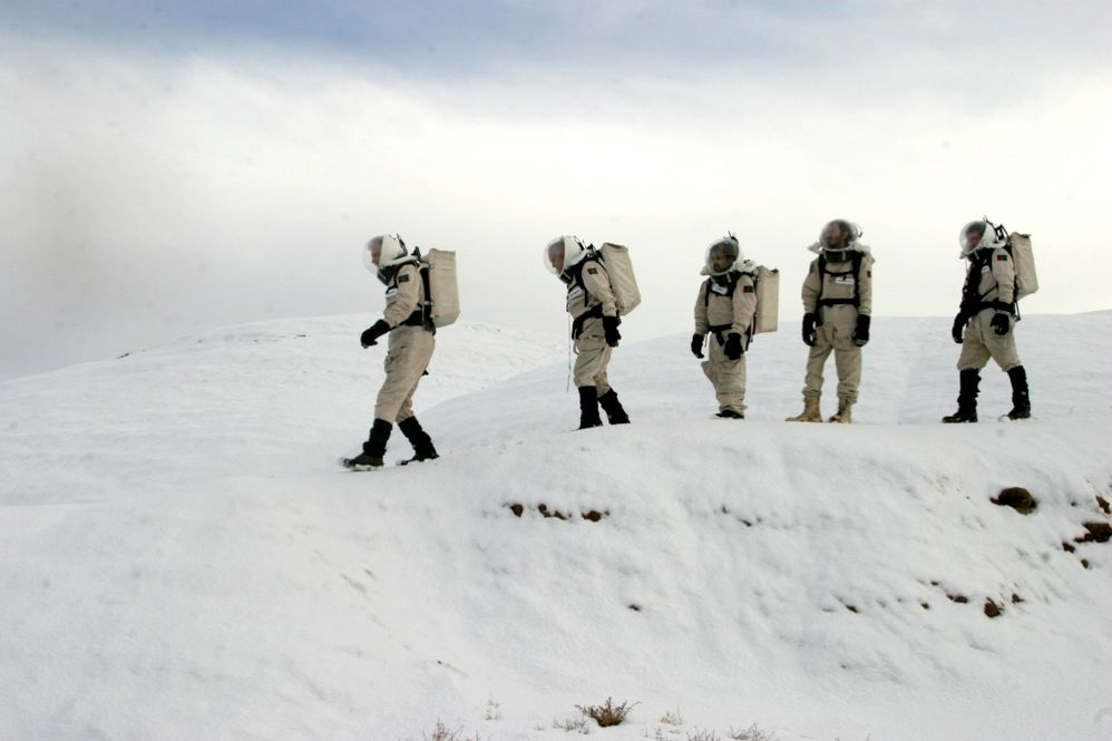 ISOLATION DRILLS: The Mars Society has sent more than 500 volunteers to its stations in the Utah desert and the Canadian Arctic Islands. During these missions, the crews can connect with the outside world only via satellite-linked e-mail, which simulates the 8- to 40-minute round-trip communication delay between Earth and Mars.