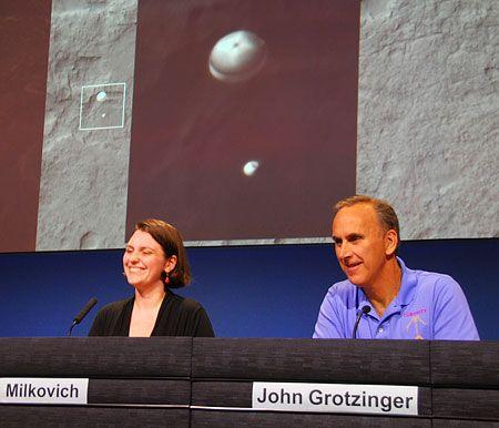 Mars Reconnaissance Orbiter Snaps Spectacular Pic of MSL's Descent