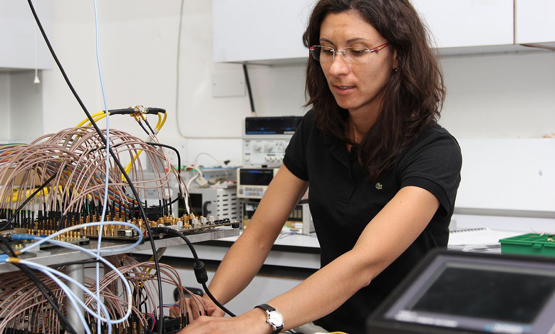 Lidia Galdino working in an University College London lab.