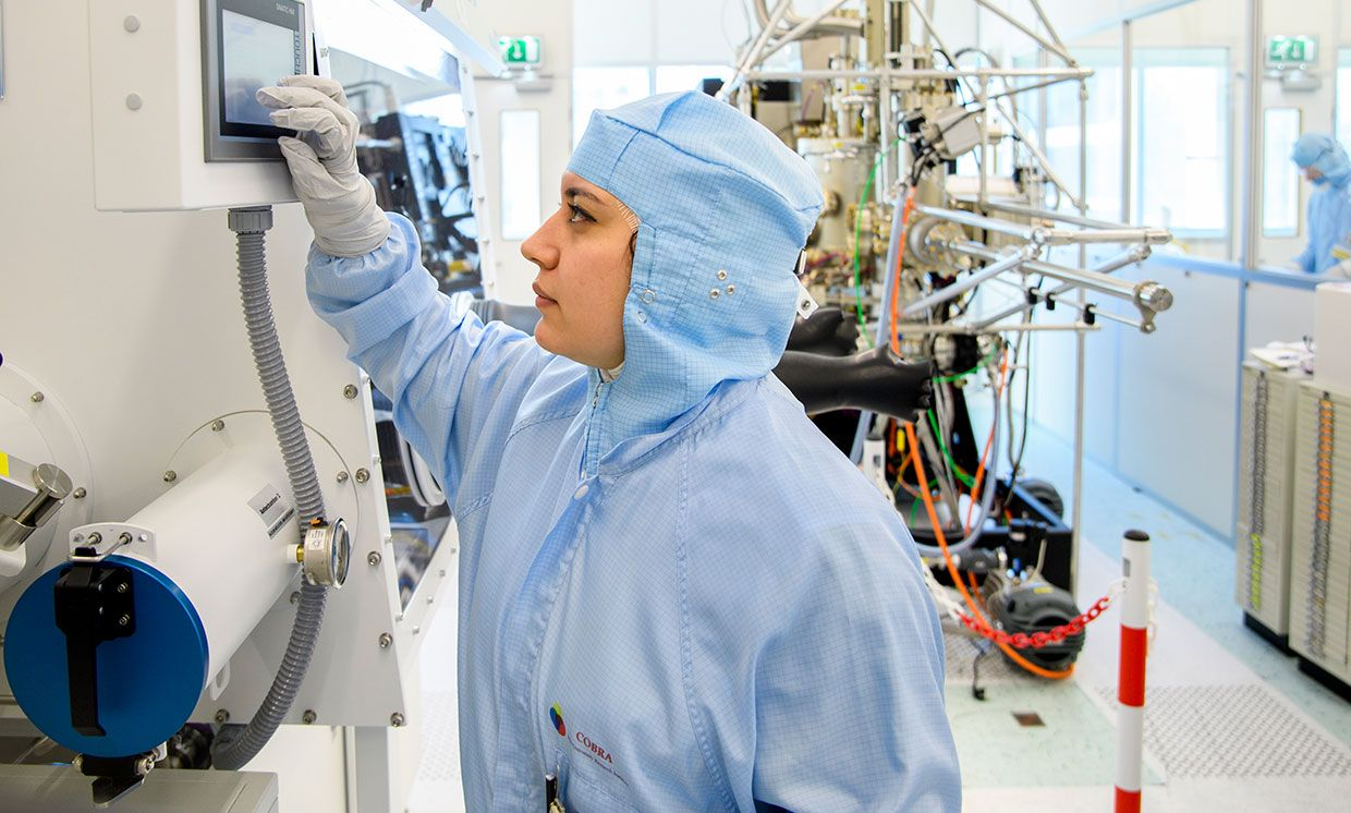 One of the authors, Elham Fadaly, is operating the Metal Organic Vapor Phase Epitaxy (MOVPE). This machine grows the nanowires with hexagonal silicon-germanium shells.