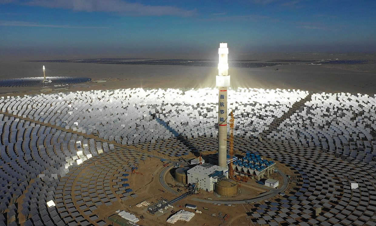 Shouhang's commercial-scale (right) and pilot-scale (left) solar thermal power plants in Dunhuang.