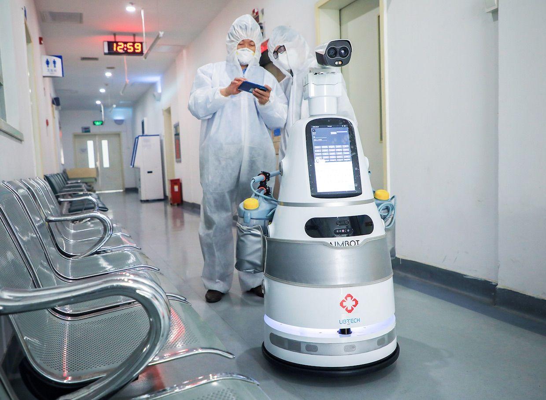 UBTECH AIMBOT, an autonomous mobile robot, performs disinfection tasks at Shenzhen Third Hospital.